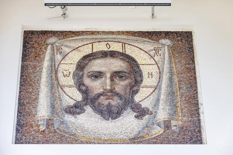 Митрополит Феофан настоял на том, чтобы на фасаде нового собора красовались именно мозаичные иконы. Их изготовили в Муроме на предприятии «Домострой»
