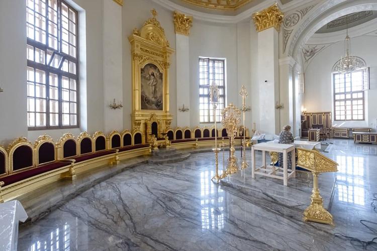 Воссоздано по проекту горнее место за престолом, где во время богослужения и чтения Евангелия находится архиерей — раньше эта часть храма была в более упрощенном виде. Украсили и сам престол