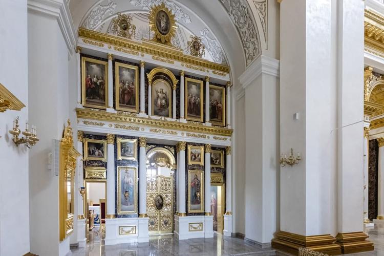 Придел слева освящается в честь Александра Невского