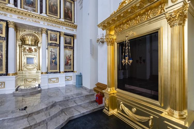 Место под Ватиканский список (слева) и стенд для оригинального оклада-рамы первоявленной чудотворной иконы Казанской Божией Матери (справа)