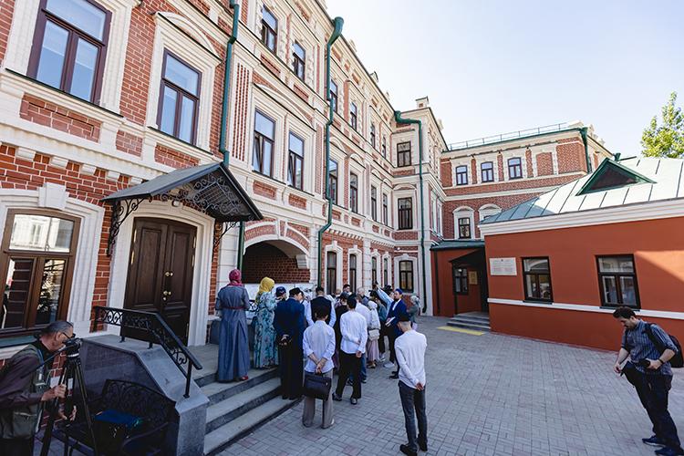Второй по затратности пункт — строительство административного здания и надземного перехода для недавно отреставрированного казанского медресе «Мухаммадия», на это из федерального бюджета просят 371 млн рублей