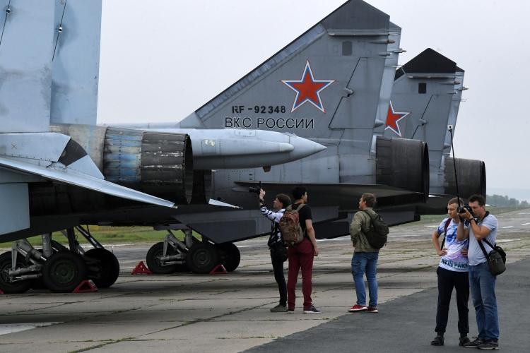 «Мы на протяжении последних тридцати лет успешно продаем самолеты семейства Су-27/Су-30. Первый контракт на поставку Су-27 в Китай был еще Горбачевым заключен» (на фото:истребитель Су-27СМ и сверхзвуковой высотный истребитель-перехватчик МиГ-31БМ (справа)