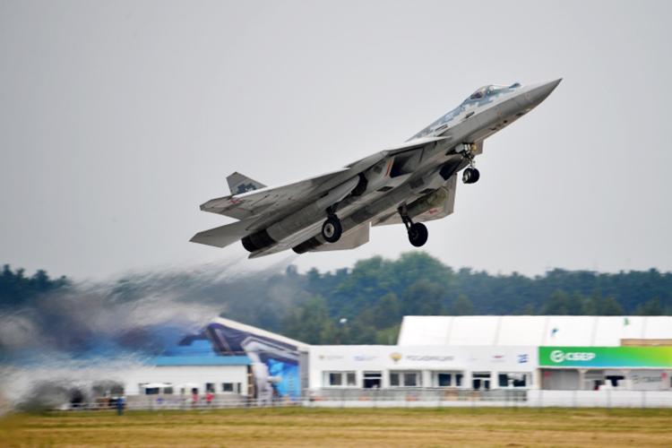 «Не надо удивляться, если выяснится, что новый самолет, который обещают представить на МАКСе, будет в чем-то похож на Су-57»(на фото: Су-57 на репетиции летной программы открытия Международного авиационно-космического салона МАКС-2021)