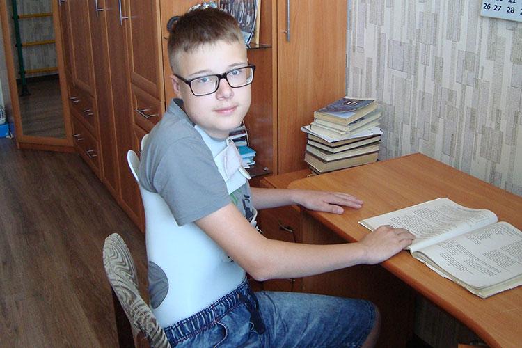 Казанец Петр Алексеев для своих 13 лет так высок, что назвать его Петькой или Петей язык не поворачивается. А в остальном это обычный мальчишка, и вполне мог бы выглядеть здоровым и сильным, если бы не пластиковый корсет, который он снимает только на ночь