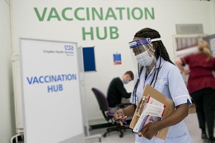 Принудительной вакцинации унас нет, все добровольно. Все очень просто— заходишь насайт NHS (Национальная служба здравоохранения Великобритании), делаешь запись, там очень много пунктов, после чего идешь иделаешь прививку