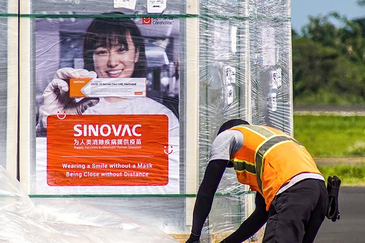 Есть прививки отдвух производителей— Sinopharm иSinovac. Упервой около 56% эффективности, второй— 70 счем-то. Вкаких-то местах есть оба препарата, вкаких-то только один