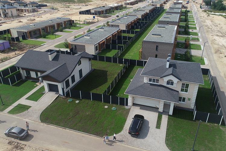 «45 процентов домов внаших комьюнити продаются врассрочку. Она позволяет покупателю внести первоначальный платеж лишь в10 процентов иостальную часть «растянуть» напериод стройки»