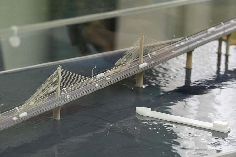 Ранее мост предполагался врайоне села Соколка, теперьже выясняется, чтопереход построят всовершенно другом месте— возле Котловки.Протяженность перехода— 1,6км, непосредственно сам мост— 800м.Стоимость— 13млрд рублей