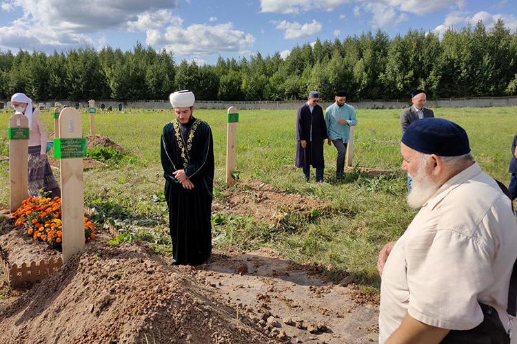 Гражданская панихида попокойной ипогребальная молитва джаназа-намаз состоялись намусульманском кладбище при мечети Аль-Марджани