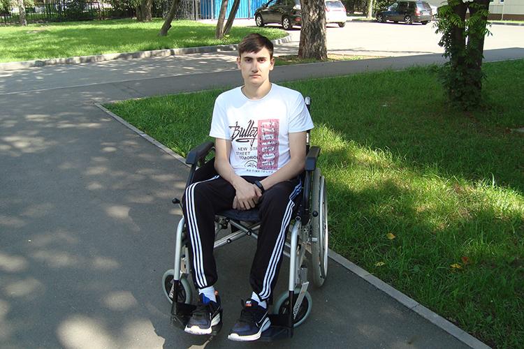 Ильназу Махмутовуизбалтасинского села Новая Салаусь 17 лет ивот уже два года оннеможет ходить самостоятельно.В2019 году онпопал вДТП иполучил перелом позвоночника