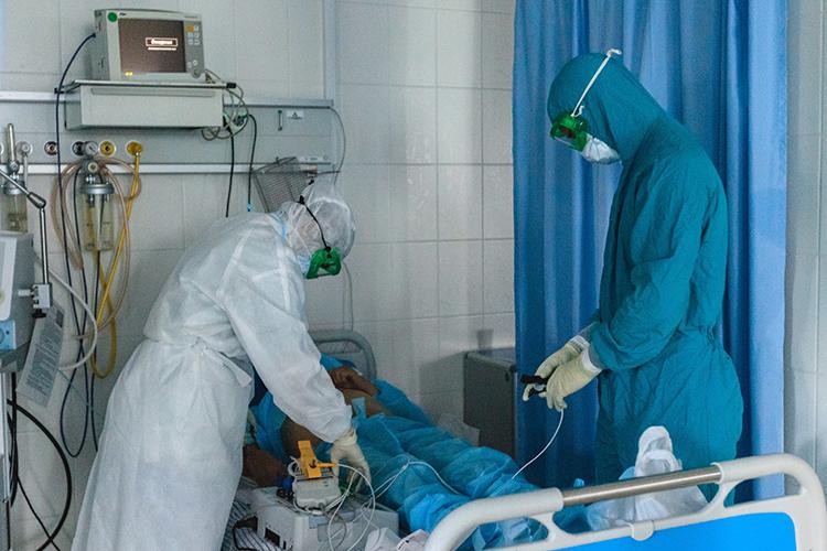 Больше двух недель объем занятого ковидного коечного фонда вТатарстане колеблется вокруг отметки в3,1-3,2тыс. больничных кроватей. Все также много больных лежат наИВЛ— порядка 90 человек, что превышает пик эпидемии впрошлом году
