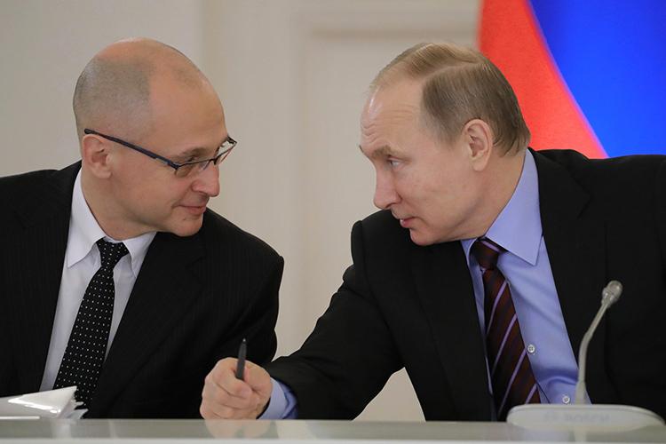 Владимир Путин (справа),поздравляя Сергея Кириенко (слева) сднем рождения, вскользь упомянул о грядущих осенью переменах вкарьере чиновника