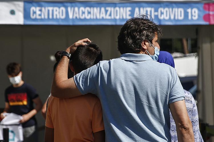 Прививают только от12 истарше, с12 до18 лет ставят или Pfizer, или Moderna, с18 лет можно ставить одну изчетырех вакцин (на фото:Открытие кампании вакцинации для детей 12-16 лет в день открытых дверей)