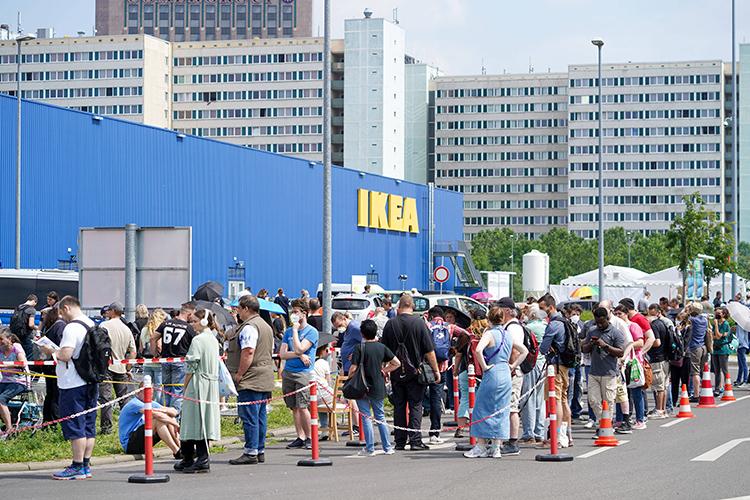 Немцы скептически относятся квакцинации, потому что недоверяют местным вакцинам (на фото: открытие пункта вакцинации от коронавируса в Берлине на стоянке Ikea)