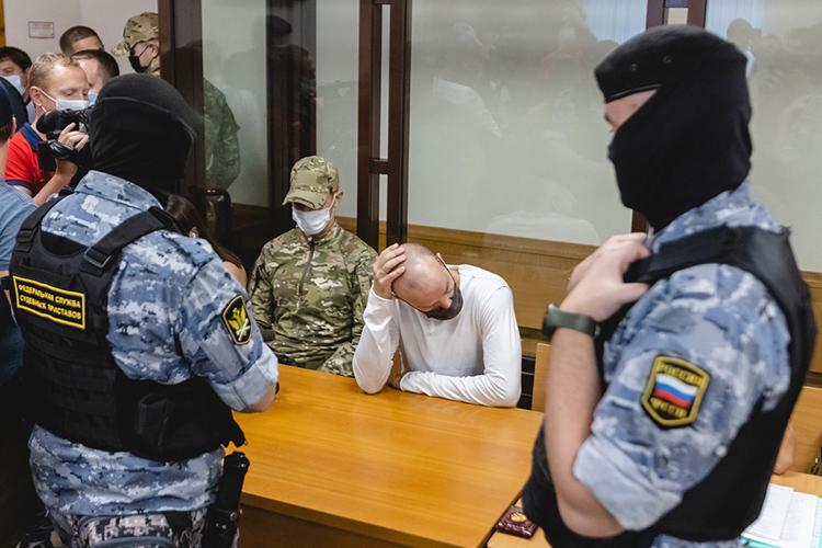 Несмотря нато, что кпубличности Кирилл Доронин привык, перед судом онпредстал вчерной маске инатянутой налоб черной кепке— так, что видны были лишь глаза. Впрочем, ихонотмногочисленных камер непрятал