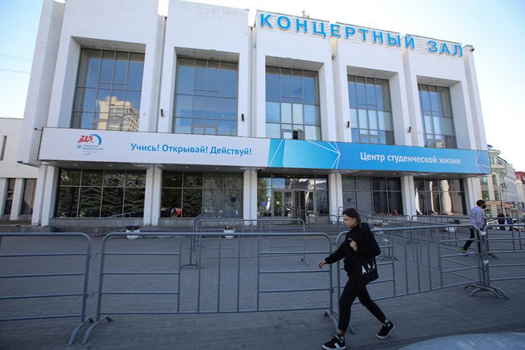 ВКазани тоже есть своей стендап-клуб, новминувший жаркий пятничный вечер все внимание было приковано ккультурно-спортивному комплексу «Уникс», куда приехала звезда проектов наТНТ, стендап комикИлья Соболев