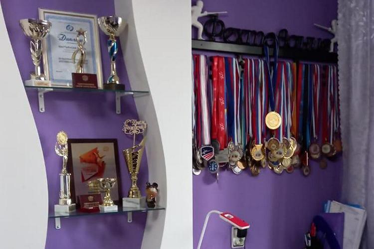 Медали и кубки Марты Мартьяновой в квартире бабушки