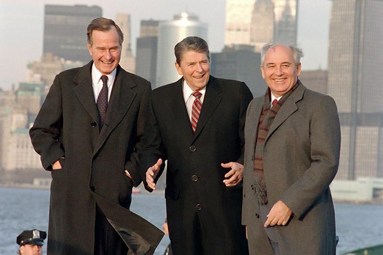 Михаил Горбачев, вот уже скоро тридцать лет вынужденный писать адресованные граду имиру «прошения опомиловании», ополитической реабилитации, доказывать, что онвовсе не«враг народа» ихотел для народа как лучше