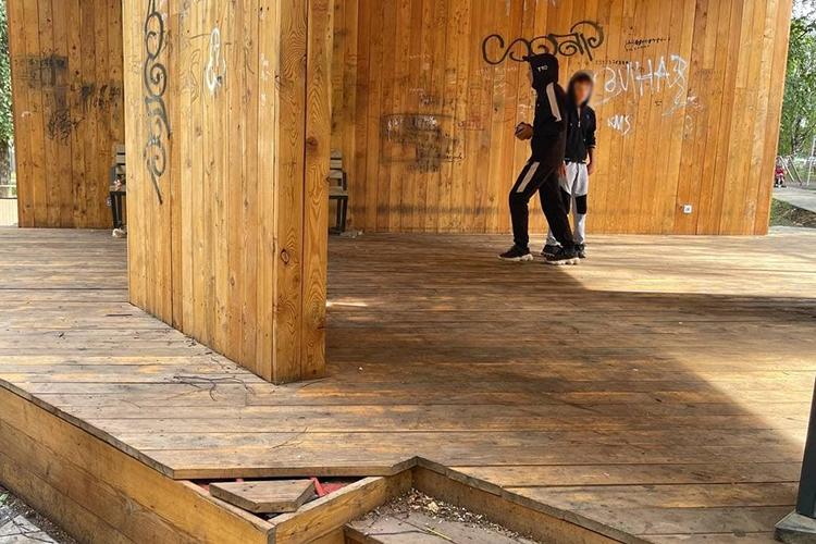 Поддерживают «вандальную версию»ивБугульме.«Ломают скамейки, расписывают деревянные объекты, пишут нецензурную брань, выламывают качели»