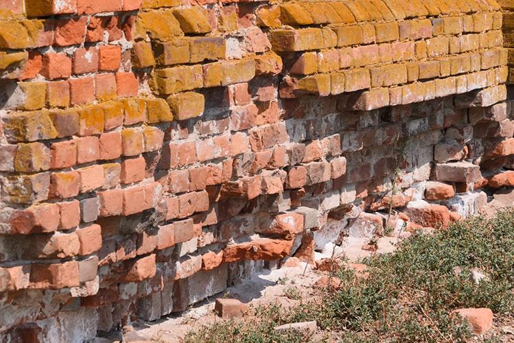 Сама церковь вветхом состоянии— фрески настенах несохранились, изфундамента истен вываливаются кирпичи, вдоль фасада пролегла трещина