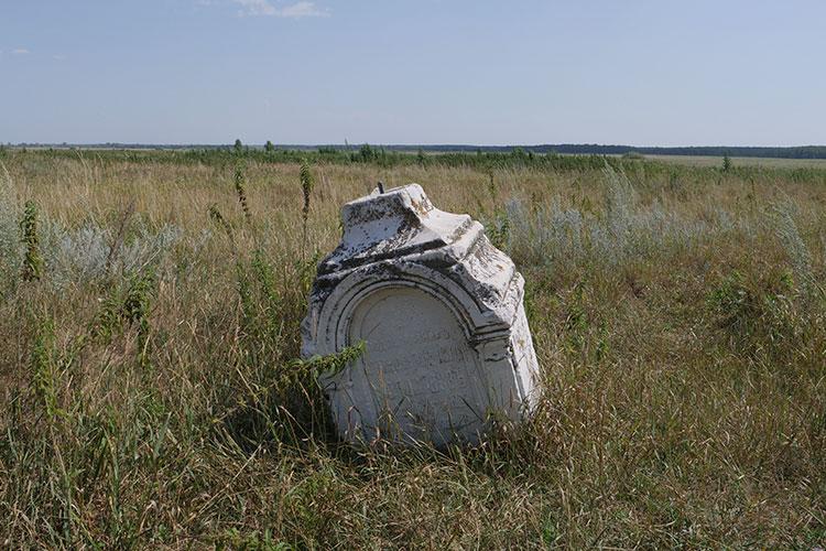 Комментаторы «Архитектурасы» также указывали надревние надгробия, которые находятся вблизи церкви без ухода