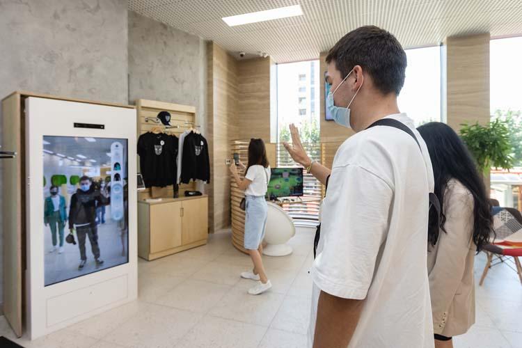Сотрудник сам определит местонахождение клиента ипроводит его доместа совершения операции благодаря трекинговой системе отслеживания посетителей