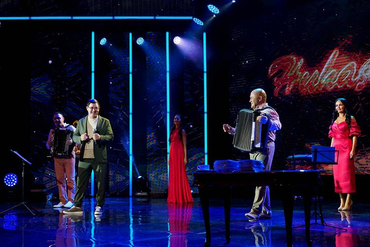 Удивил Салават новым форматом концерта: «Ясам буду его вести, сам петь, сам слушать, мне ведущие ненужны. Вот только после концерта, после банкета, если будет тот, кто отвезет домой, этого достаточно»