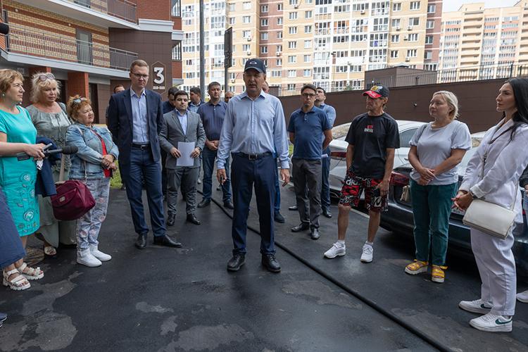 Азат Нигматзянов (в центре) впостоянном режиме сопровождает проблемные стройки.Вдобавок нанем ответственность загигантские планы повводу жилья