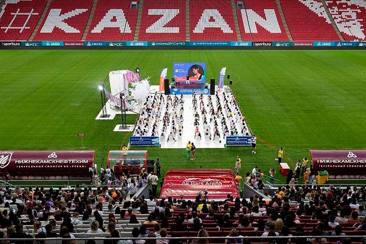 Удобной мишенью для «Рубина» стало выступление Хакамады нафестивале ARENALAND 3-го июля. Для него накуске поля в300 кв.м. (5% отобщей площади) возвели трибуну