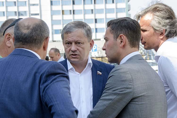 Марат Бариев(в центре) сомневается втом, что отмена запрета станет серьезной финансовой поддержкой для клубов. При этом винициативе правительства парламентарий невидит ничего страшного. Проблема вдругом— зачастую люди незнают меры