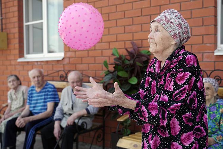 «Средний возраст постояльцев — 80 лет, но проживают и от 50 до 102 лет! Женщин гораздо больше — я связываю это с тем, что они долгожители»