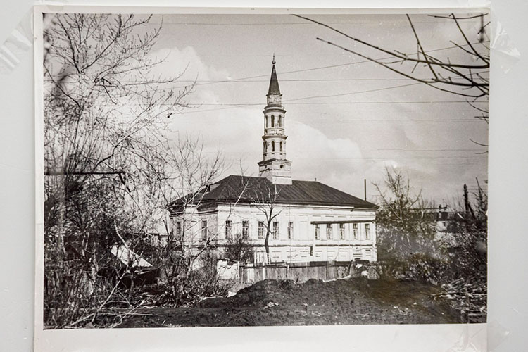 Классическая татарская мечеть сминаретом накрыше«Иске Таш»была построена в1802 году напожертвования торговца Габдуллы Утямышева. В1830 году реконструирована согласно проекту Александра Шмидта