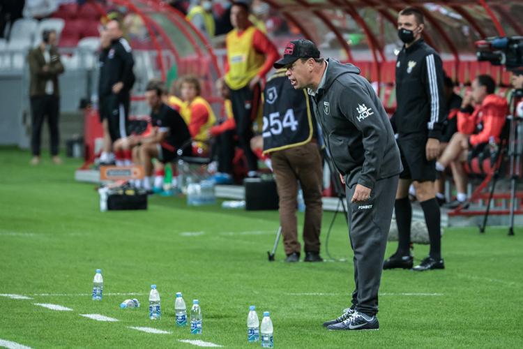 Главный тренер «Рубина» после тяжелого домашнего матча с«Ахматом» (2:1) заявил оплохом состоянии газона иобвинил вовсем мероприятия, которые проходят настадионе впромежутках между футбольными матчами
