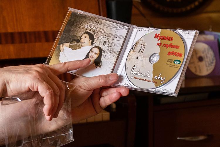 «Созданный моим сыном в16 лет ивыпущенный к100-летию Казани наСD-диске этот уникальный альбом широко разошелся нетолько среди народа, туристов ииностранцев, но, кмоему удивлению— и среди православных монахинь, которые дали ему высшую оценку, сказав, что это— духовная музыка»