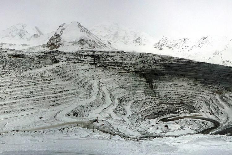 Кумтор— это крупнейшее золоторудное месторождение вЦентральной Азии, которое могло дать стране большие ресурсы для развития, ноденег отпроекта кыргызстанцы так инеощутили, покрайней мере, большинство изних