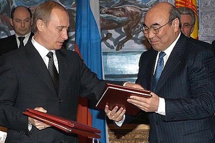 «ВБишкек был доставлен находившийся врозыске экс-президент страны Аскар Акаев», «Внастоящее время ондает показания вГоскомитете нацбезопасности Киргизии»— такими иподобными заголовками запестрели недавно новостные ленты информационных служб Центральной Азии