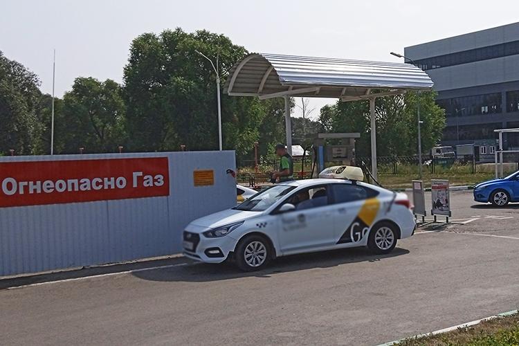 Пословам оператора АГЗСЭлины, газ наАГЗС поднялся вцене надва рубля с10августа. «Да, водители жалуются нацены, номеньше покупателей унас из-за этого нестало. Ипродажи газа тоже неуменьшилась»