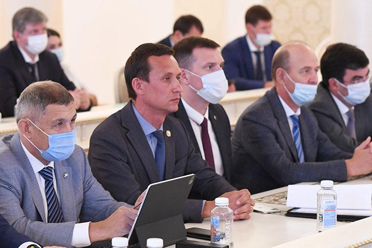 Айрат Хайруллин (второй слева) остался доволен цифровизацией муниципальных услуг Казани