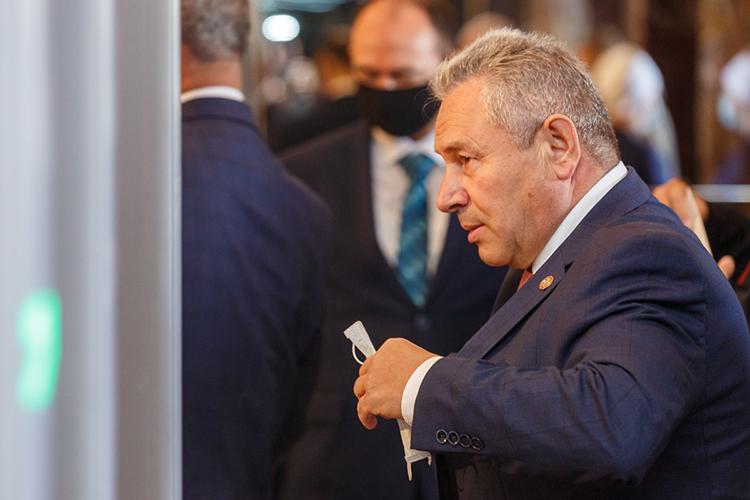 «Золотой парашют»ввиде депутатского мандата может достаться 63-летнему главе Высокогорского района РТРустаму Калимуллину, его доход за2020 год— 3млн рублей, еще 3,5млн лежат набанковских счетах на«черный день»