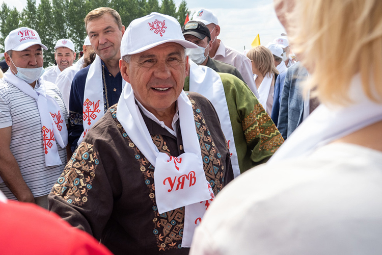 Первым номером идет президент РТРустамМинниханов. Очевидно, что онснимет свою кандидатуру вслучае избрания, нодля порядка стоит привестиданныеоего доходах за2020 год— 8,3млн рублей