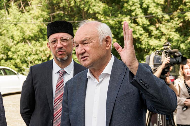 Фаворит вМосковском одномандатном округе— опытный депутат-единороссИльдар Гильмутдинов, работающий вГосдуме с2003 года.Впрошлом году онзаработал 6,3млн рублей, хотя в2019-м отчитывался о10,3млн рублей