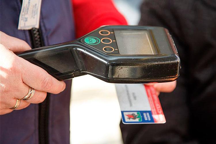 Наличные для оплаты проезда в Казани используют лишь 25% пассажиров, рассказывали нашему изданию в комитете по транспорту в январе — еще до повышения стоимости проезда