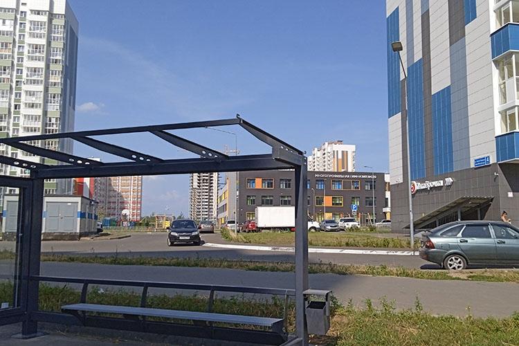 Остановка автобуса наулице Наиля Юсупова находится рядом смногопрофильной гимназией №189. Теперь добраться доучебного заведения иуехать обратно домой учащимся будет очень удобно