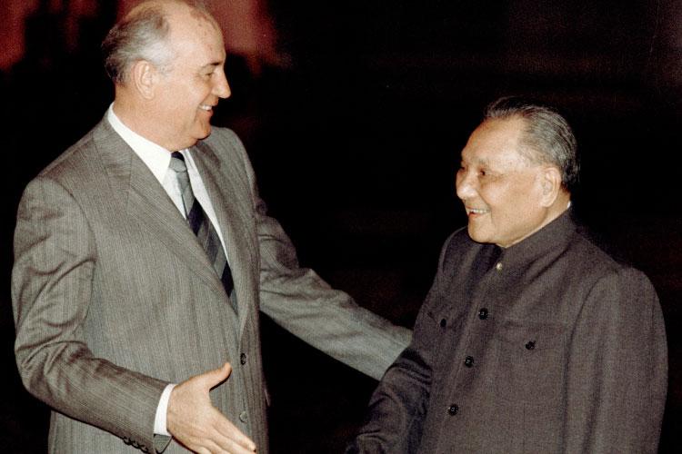 Михаил Горбачев (слева) и Дэн Сяопин (справа)