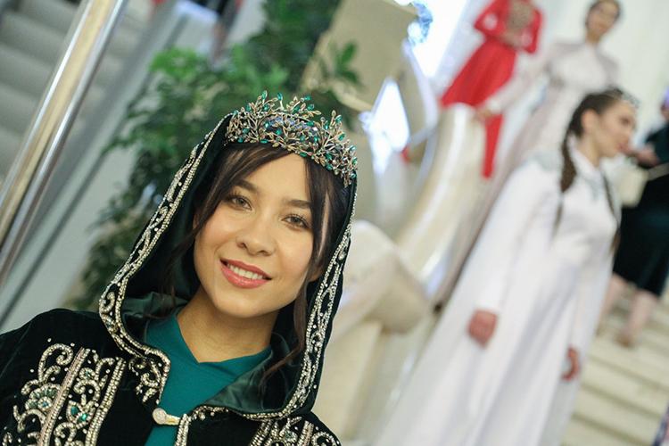 Многие даже несразу поняли, что восхитительной красоты девушки вутонченных нарядах сэлементами национального костюма— это иесть выставка работ свадебного дизайнераАлсу Маликовой