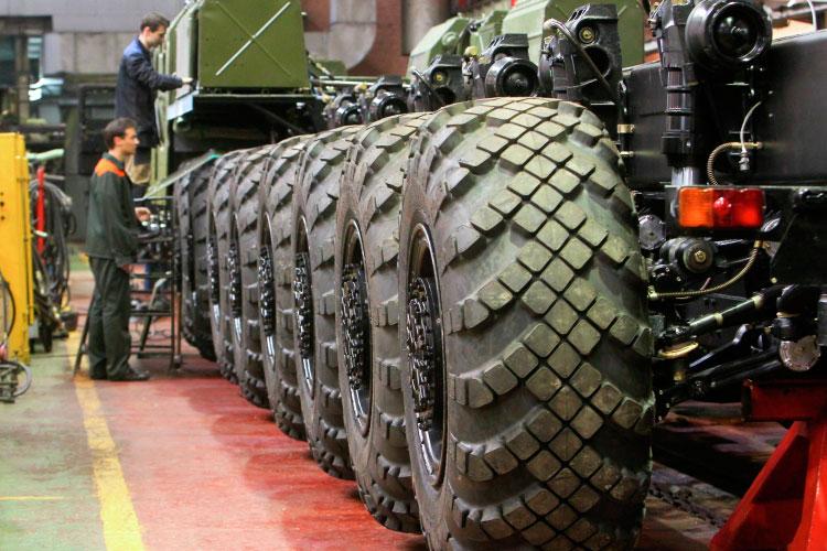 Наш источник напомнил, что всего Минский завод колесных тягачей выпускает в год порядка 500 тягачей, примерно 400 из них военные, и большая часть всего этого идет в Россию