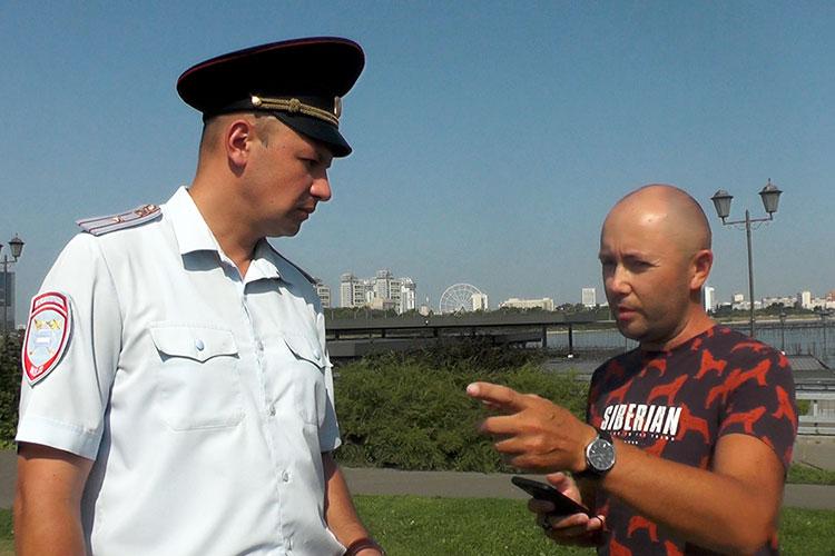 Пообщаться с ГИБДД приехал сотрудник службы безопасности Urent Рамиль. Он долго пытался доказать полицейским, что парковка согласована, и показывал клиентское приложение, где указаны места стоянок