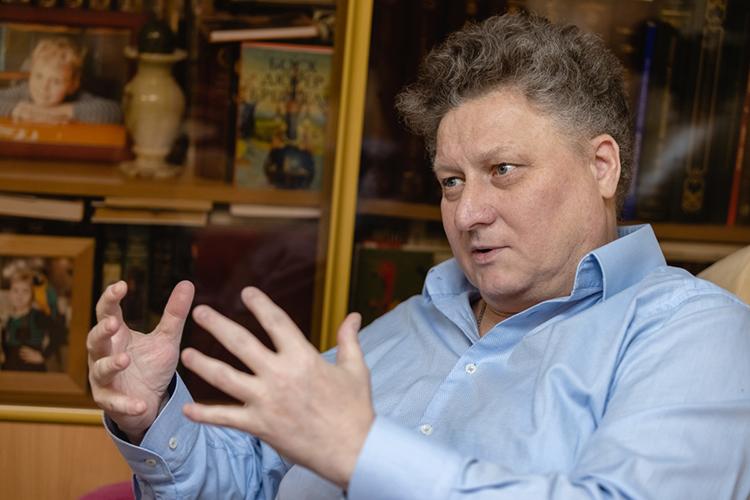 Известный казанский археолог иисторик, главный научный сотрудник Института археологии им.Халикова АНРТИскандер Измайлов, специалист посредневековой геральдике, рассказывает оштандарте, как символе ханской власти, инетолько