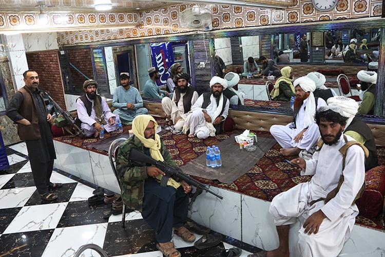 Талибы* очень быстро иэффективно захватили северные провинции страны. Никакого заметного сопротивления состороны носителей языка дари (афганских таджиков), атакже состороны местных узбеков итуркмен тогда оказано небыло