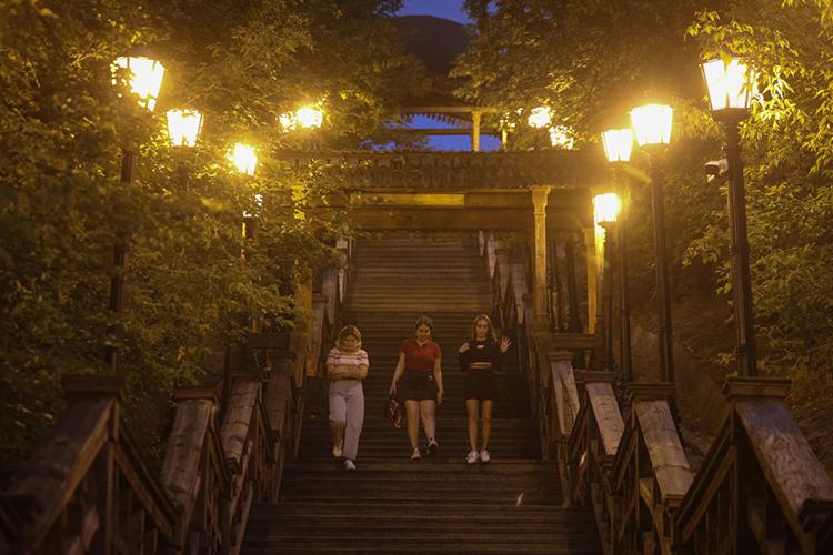 «Еще интересный проект дети сделали вIT-лицее— предложили способ, как можно уменьшать освещение улиц втемное время суток сэкономией до50 процентов затрат. Мыпосчитали эффект для всей России— миллиарды имиллиарды!»
